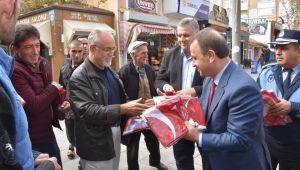 Silivri Belediyesi 40 bin Türk Bayrağı dağıttı