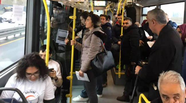 Özel öğrenciler metrobüste kitap okudu