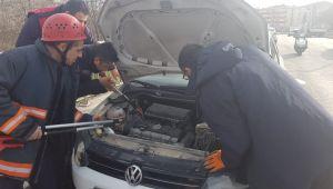 Aracın motoruna giren kedi güçlükle çıkartıldı