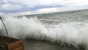 Dev dalgalar zor anlar yaşattı