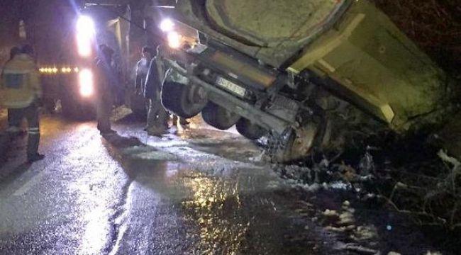 Silivri'de hafriyat kamyonu şarampole düştü