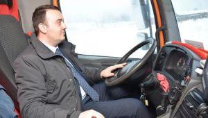 Silivri'de ilçe başkanı kar küreme aracı kullandı