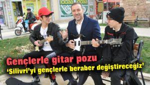 Volkan Yılmaz'ın gençlerle gitar pozu dikkat çekti