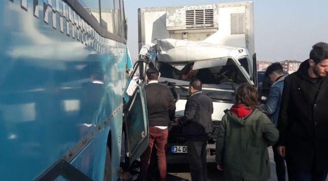 Kamyonet yolcu alan Silivri Birlik'e çarptı