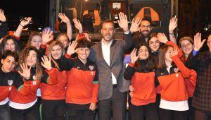 Başkan Yılmaz, kadın futbol takımını uğurladı