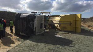 Mıcır yüklü kamyon devrildi: 1 yaralı