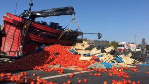Silivri'de meyve yüklü kamyon devrildi