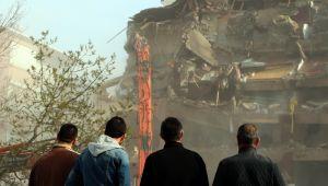 Silivri'de 45 yıllık bina yıkıldı