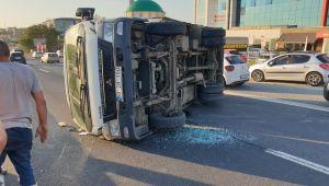 Silivri'de köpeğe çarpmamak için kamyoneti devrildi