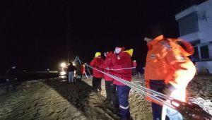 Silivri'de iskele yapımında kullanılan duba karaya oturdu: 6 kişinin kurtarıldı