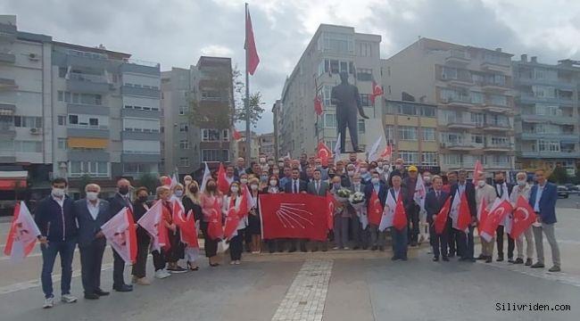 CHP, kuruluş yıldönümü dolayısıyla Atatürk Anıtı'na çelenk sundu