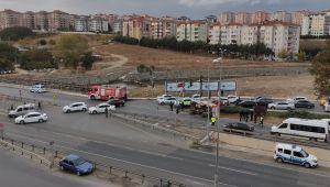 Kum yüklü kamyon trafik polisinin üzerine devrildi